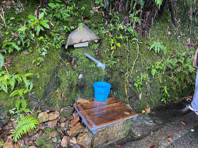 沖縄の大国林道で湧き水が出ています。やんばるまで水をくみに♪